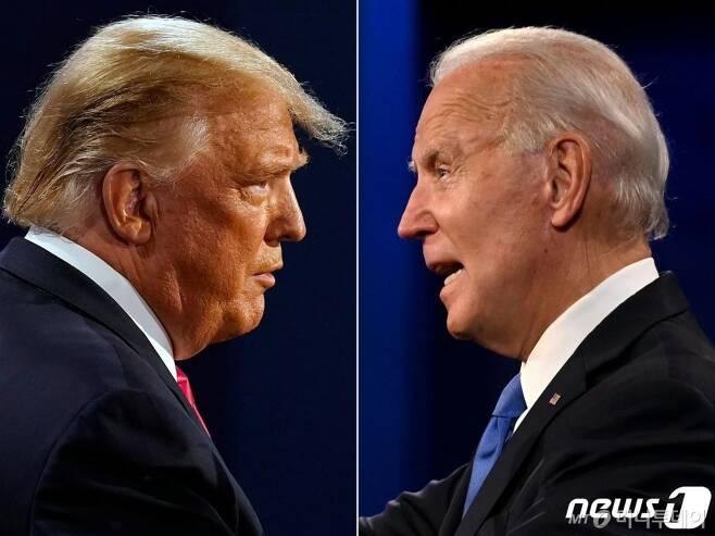 (AFP=뉴스1) = 도널드 트럼프 미국 대통령(왼쪽)과 조 바이든 민주당 대선후보가 22일(현지시간) 테네시주 내슈빌의 벨몬트대학에서 마지막 TV토론을 하고 있다.  ⓒ AFP=뉴스1