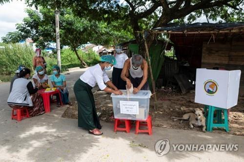 사전 투표에 참여한 노령층 유권자가 투표하는 모습. 2020.10.30 [로이터=연합뉴스]