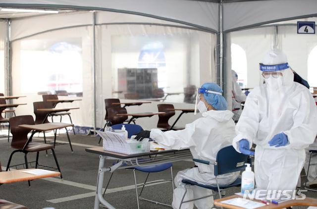 [서울=뉴시스] 서울 강남구 보건소에 마련된 신종 코로나바이러스 감염증(코로나19) 선별진료소에서 의료진들이 업무를 보고 있다. (사진=뉴시스 DB). photo@newsis.com