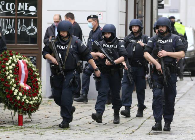 오스트리아 빈 경찰이 3일(현지시간) 전날 총격테러가 발생한 현장을 수색하고 있다. 빈|AP연합뉴스