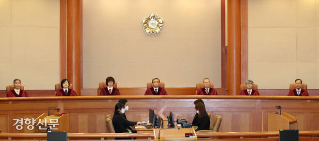 유남석 헌법재판소 소장(가운데)과 재판관들이 지난 4월23일 서울 종로구 헌법재판소에서 백남기씨의 유족들이 경찰의 직사 살수 근거가 된 법령의 규정이 위헌이라며 청구한 헌법소원 심판 사건 등의 결정문을 선고하고 있다. 김창길 기자