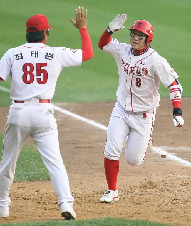 프로야구 한국시리즈 7차전에서 7회초 무사 기아 안치홍(오른쪽)이 중월 솔로 홈런을 치고 환호하고 있다. 잠실/이석우기자(photop1@khan.co.kr)