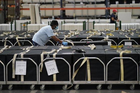 4일(현지시간) 네바다주 클락 카운티의 선거 직원이 투표함을 옮기고 있다. AP 연합뉴스
