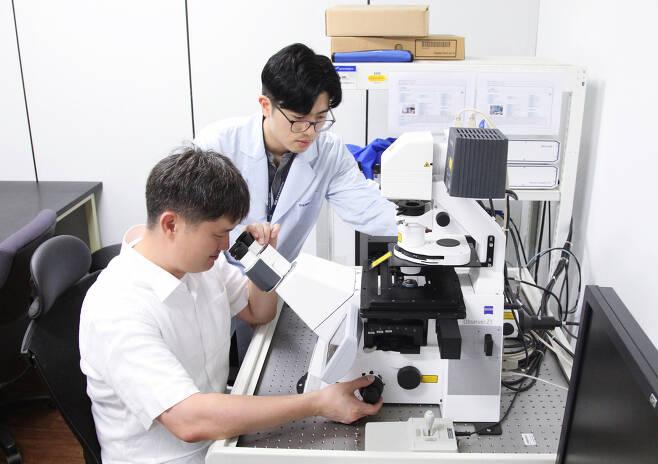 생명연 연구진이 크리스퍼 유전자 가위 오작동 여부를 검측할 수 있는 연구를 진행하고 있다.[한국생명공학연구원 제공]
