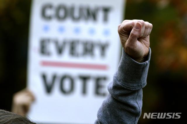 [필라델피아=AP/뉴시스]4일(현지시간) 미 펜실베이니아주 필라델피아에 있는 펜실베이니아 컨벤션 센터 앞에서 시위대가 모든 투표의 개표를 촉구하며 시위하고 있다. 2020.11.05.