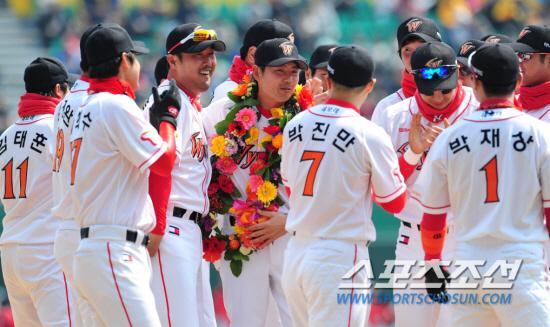 2012년 4월 8일 현역 은퇴식에서 SK 동료들의 축하를 받고있는 김원형 신임 감독(가운데). 스포츠조선DB