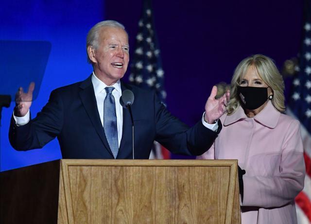 조 바이든 미국 민주당 대선 후보가 대선 다음날인 4일 새벽 델라웨어주 윌밍턴의 체이스 센터에서 입장 발표를 하고 있다. 오른쪽은 부인 질 바이든 여사. AFP 연합뉴스