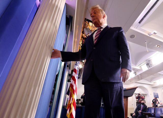 대선 결과 관련 기자회견을 마치고 백악관 브리핑룸을 떠나고 있는 트럼프 대통령 로이터연합