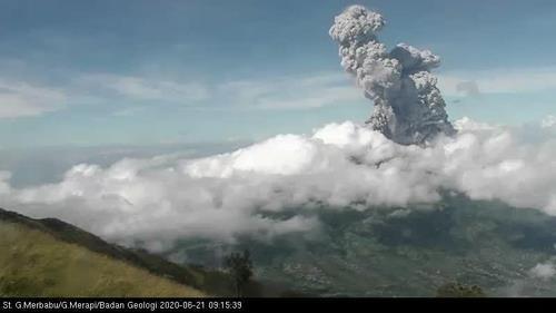 올해 6월 21일 분출한 므라피 화산 모습 [인도네시아 지질재난기술연구개발연구소 트위터]