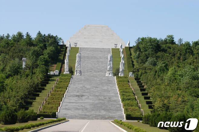 평양에서 북동쪽으로 40㎞ 떨어진 강동군 문흥리에 새로 건설된 단군릉의 정면 모습. (미디어한국학 제공) 2020.11.07. © 뉴스1