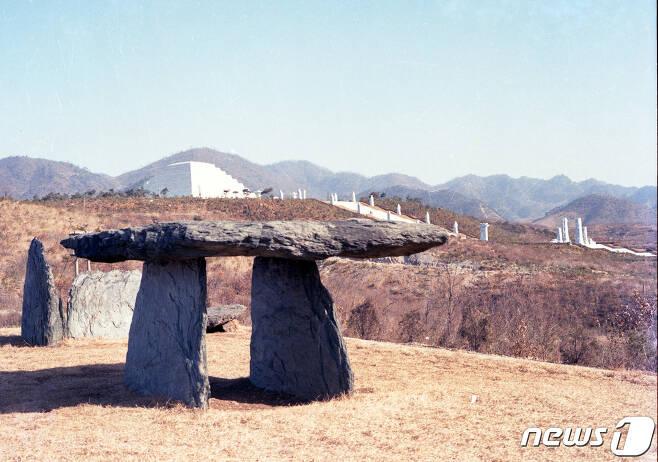 평양에서 북동쪽으로 40㎞ 떨어진 강동군 문흥리에 새로 건설된 단군릉의 측면 모습. (미디어한국학 제공) 2020.11.07. © 뉴스1