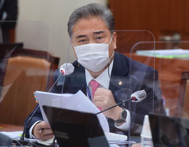박진 국민의힘 의원이 10월 8일 국회에서 열린 외교통일위원회의 통일부 등에 대한 국정감사에서 질의를 하고 있다. 오대근 기자