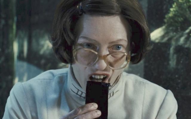 영화 설국열차(2013)에서 바퀴벌레로 만든 '프로틴 블록'을 먹고 있는 틸다 스윈튼