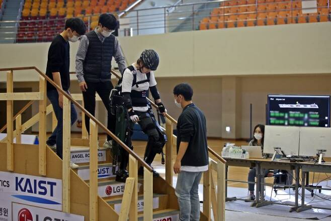 13~14일 열리는 '사이배슬론 2020' 대회에서 외골격(엑소스켈레톤) 로봇 종목인 '엑소(EXO)'에 출전하는 이주현 선수. 공경철 KAIST 교수팀이 개발한 외골격 로봇 '워크온슈트4'를 입고 훈련하고 있다.KAIST 제공