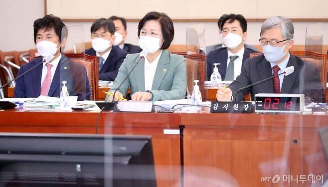 추미애 법무부장관이 지난 5일 서울 여의도 국회에서 열린 법제사법위원회 전체회의에서 의원 질의에 답변하고 있다./사진=뉴시스