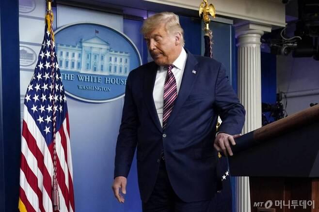 [워싱턴=AP/뉴시스]도널드 트럼프 미국 대통령이 5일(현지시간) 백악관 브리핑룸에서 기자회견을 마치고 이동하고 있다. 2020.11.06.