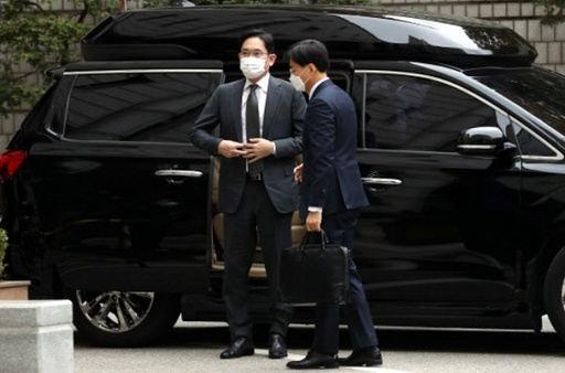 9일 서울 서초구 서울고법에 도착한 이재용 삼성전자 부회장이 차량에서 내리고 있다. 연합뉴스