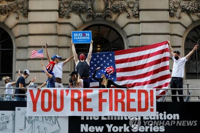 뉴욕 도심 돌며 승리 자축하는 바이든 지지자들 (뉴욕 로이터=연합뉴스) 조 바이든 미국 대통령 당선인의 '승리 선언' 다음날인 8일(현지시간) 지지자들이 전세 낸 이층 버스를 타고 뉴욕 도심을 돌며 자축하고 있다. 이 버스에는 도널드 트럼프 대통령이 과거 리얼티 TV쇼를 진행하면서 유행시킨 '넌 해고야!'(YOU'RE FIRED!)란 문구가 쓰인 현수막이 붙어 있다. sungok@yna.co.kr