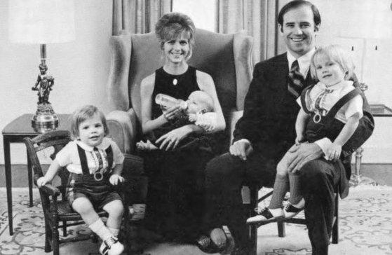 바이든 당선인이 전 부인 닐리아 헌터, 두 아들 보와 헌터, 딸 나오미와 찍은 가족 사진. 닐리아 헌터와 나오미는 교통사고로 세상을 떠났다.[트위터 캡처]