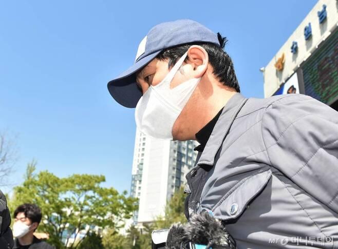 김봉현 스타모빌리티 회장이 구속 전 피의자 심문(영장실질심사)을 받기위해 26일 오후 경기 수원남부경찰서 유치장에서 나오고 있다./사진=뉴시스