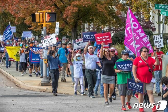 미국 노스캐롤라이나주 롤리에서 지난 7일(현지시간) 도널드 트럼프 대통령 지지자들이 조 바이든 민주당 후보가 당선됐다는 대통령선거 개표 결과를 인정할 수 없다며 시위를 벌이고 있다. © AFP=뉴스1
