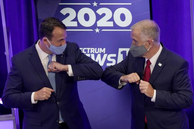 미국 노스캐롤라이나주 칼 커닝햄 민주당 상원의원 후보와 톰 틸리스 공화당 상원의원 후보가 지난 10월 1일 TV토론에서 만나 인사하고 있다. /AP 연합뉴스