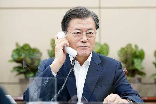 문재인 대통령이 10일 오후 청와대에서 보리스 존슨 영국 총리와 전화 통화를 하고 있다. ⓒ청와대
