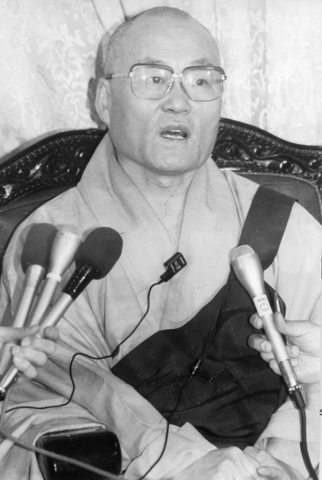 1994년 3월 대한불교조계종 제27대 총무원장으로 선임된 서의현 원장이 언론과 인터뷰를 하고 있다. 한국일보 자료사진
