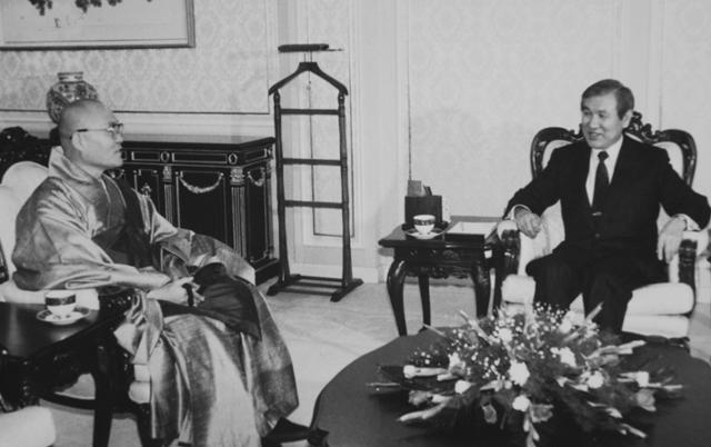 1990년 2월 서의현 당시 대한불교조계종 총무원장이 청와대에서 노태우 전 대통령을 만나 이야기하고 있다. 한국일보 자료사진
