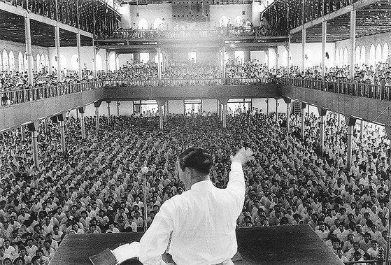 1960~70년대 통일교와 함께 신흥종교의 양대 축이었던 전도관의 창시자 박태선 장로가 집회에서 설교하고 있다. 박 장로는 스스로 하나님이라고 칭했다. [사진 천부교]