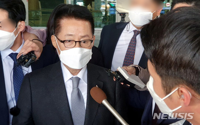 [인천공항=뉴시스]홍찬선 기자 =일본 스가 총리를 만나고 돌아온 박지원 국정원장이 11일 오후 인천공항을 통해 귀국하고 있다. 2020.11.11.  mania@newsis.com