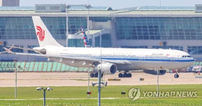 2020년 9월 4일 오후 현대자동차가 마련한 베이징행 전세기가 이륙을 위해 인천국제공항 활주로 위를 이동하고 있다. [연합뉴스 자료사진]