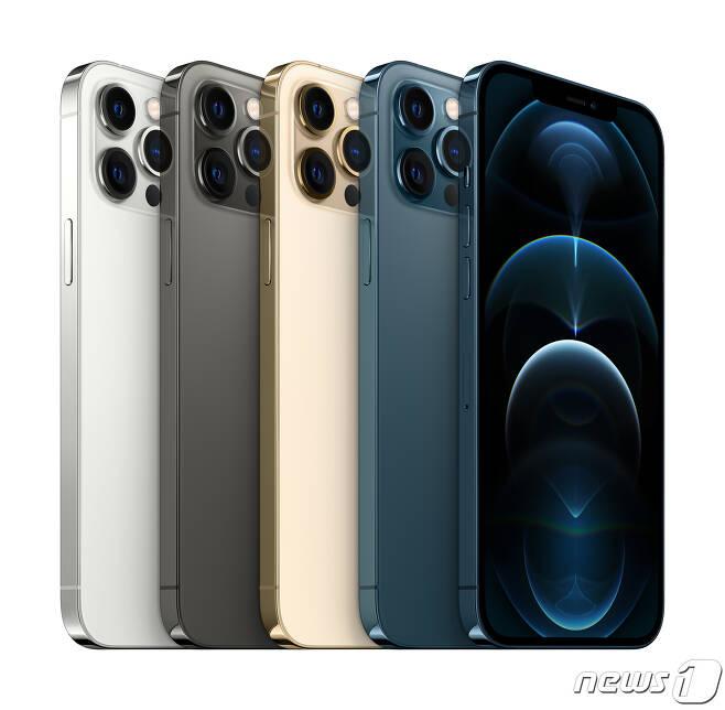 KT는 오는 13일부터 전국 KT 매장 및 공식 온라인몰 KT샵에서 애플 아이폰12 프로맥스와 아이폰12 미니 사전예약을 시작한다고 12일 전했다. KT 공식 온라인몰 KT샵에서는 선착순 2천명을 대상으로 아이폰12 프로맥스와 미니 출시일인 20일 0시부터 배송하는 '1시간배송' 서비스를 제공한다. 사진은 아이폰12 프로맥스. (KT 제공) 2020.11.12/뉴스1