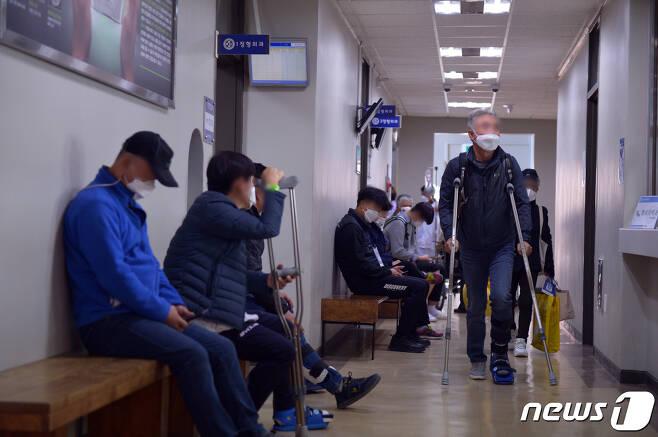 마스크 착용 의무화와 함께 미착용자에 대한 단속이 처음 시행된 13일 오전 광주 광산구 산정동 한 병원에서 이용객들이 마스크를 착용한 채 진료를 기다리고 있다.2020.11.13 /뉴스1 © News1 정다움 기자