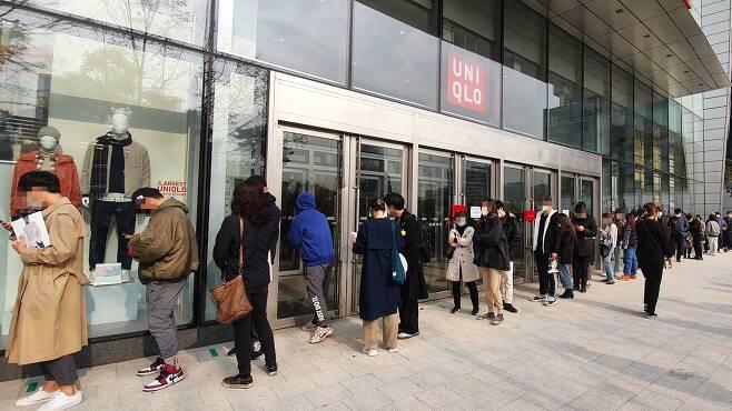 13일 오전 서울 잠실의 유니클로 매장 앞에서 소비자들이 '+J(플러스 제이)' 컬렉션 제품을 구입하기 위해 줄을 서고 있다. /한경진 기자