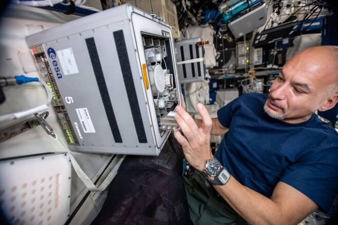유럽우주국(ESA) 소속 우주인이 2019년 국제우주정거장(ISS)에서 중력에 따른 박테리아의 활동을 알아보는 '바이오락(BioRock)' 실험을 진행하고 있다.유럽우주국(ESA) 제공