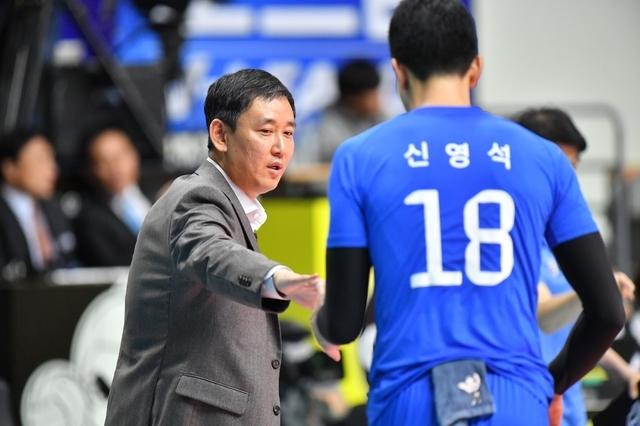 [서울=뉴시스]최태웅(왼쪽) 감독과 신영석.(사진=한국배구연맹 제공)
