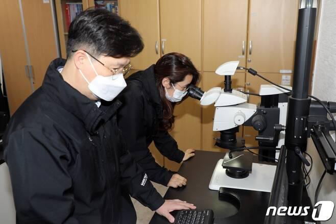 제주지방경찰청 과학수사계 임형수·박조연 검시조사관이 증거 분석 과정을 시연하고 있다. /© 뉴스1