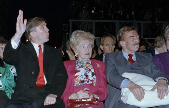 도널드 트럼프가 1990년 4월 뉴저지주 애틀랜틱시티에서 열린 트럼프 타지마할 카지노 리조트 개관 행사에 뉴욕 부동산 재벌이었던 아버지 프레드, 어머니 메리와 함께 참석해 있다. AP 연합뉴스