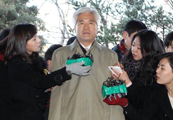 강희락 전 경찰청장이 유씨로부터 뇌물을 받은 혐의로 조사를 받기 위해 2011년 1월 10일 서울동부지검에 출석했다.