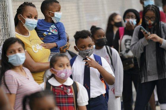 지난 9월 미국 뉴욕 브롱스 자치구에서 등교한 학생들이 마스크를 착용하고 있다. AP=연합뉴스