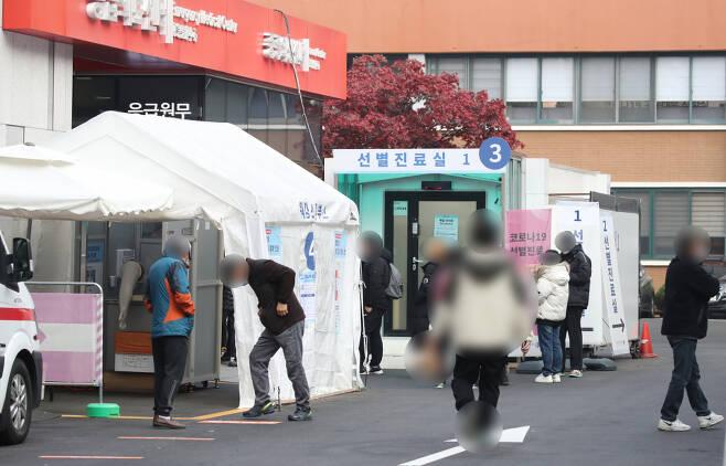14일 서울 중구 국립중앙의료원 선별진료소 앞이 붐비고 있다. ⓒ연합뉴스