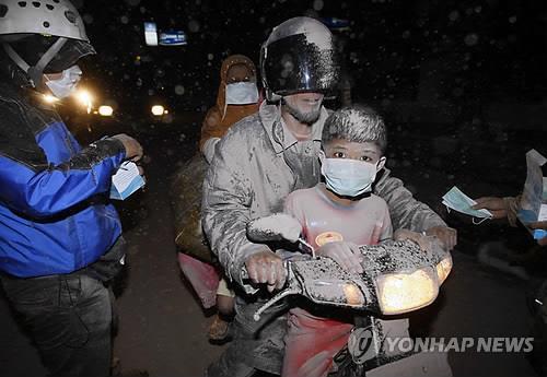 2010년 대폭발 당시 필사적으로 탈출한 주민들 [EPA=연합뉴스]