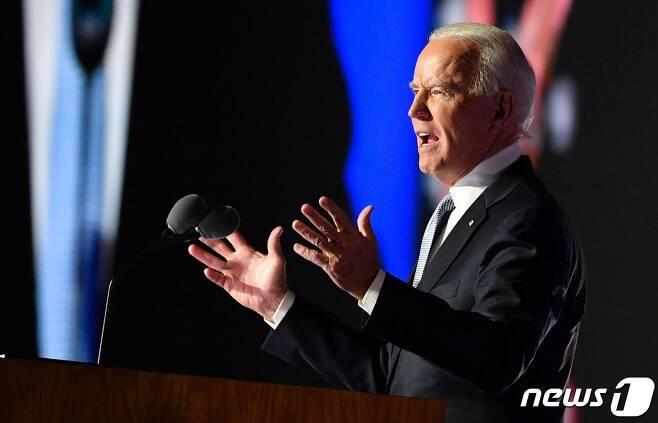 """조 바이든 미국 대통령 당선인이 7일(현지시간) 델라웨어주 윌밍턴에서 가진 대선 승리 연설에서 """"미국을 전 세계에서 존경받는 나라로 다시 만들겠다""""고 밝히고 있다. © AFP=뉴스1 © News1 우동명 기자"""