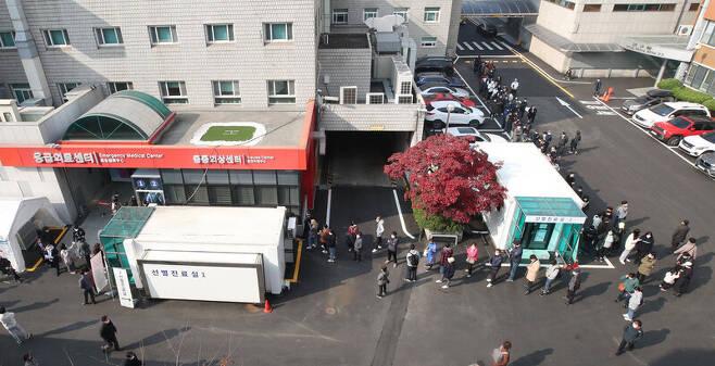 15일 오전 서울 중구 국립중앙의료원 코로나19 선별진료소 앞에 검사를 받으려는 시민들이 길게 줄을 서 있다. 이날 코로나19 신규 확진자는 208명으로 이틀 연속 200명대를 넘었다. 백소아 기자 thanks@hani.co.kr