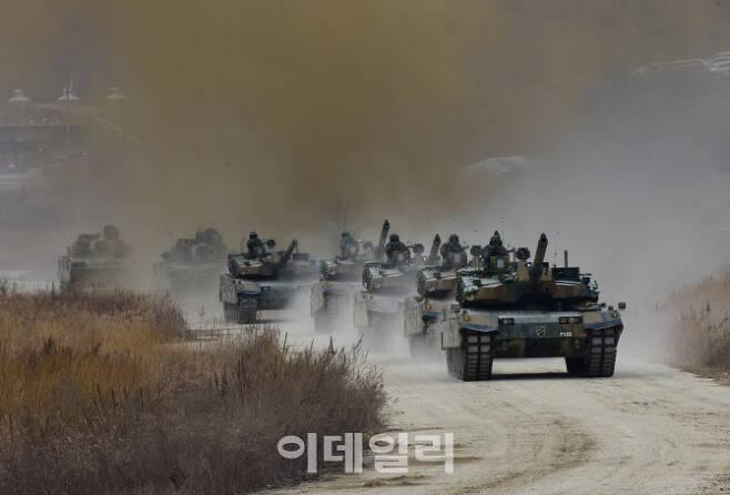 육군 기계화보병사단 소속 K2전차들이 연막차장을 뚫고 기동하고 있다. [사진=육군]
