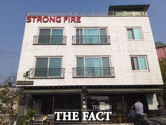 청풍협동조합이 운영중인 게스트하우스 '아삭아삭 순무민박'. 건물 1층은 펍 레스토랑 '스트롱 하우스'가 영업중이다./강화=허지현 기자