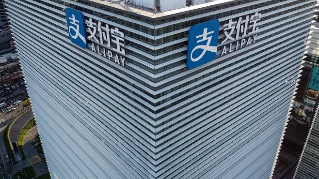 """10월24일 상하이 금융 서밋에서 연설하는 마윈. 마윈은 """"중국은 금융시스템 자체가 없다는 게 더 큰 리스크(위험)""""라고 말했다. /유튜브 캡처"""