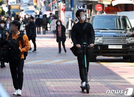 서울 강남역 인근에서 한 시민이 공용 킥보드를 이용하고 있다. /사진=뉴스1