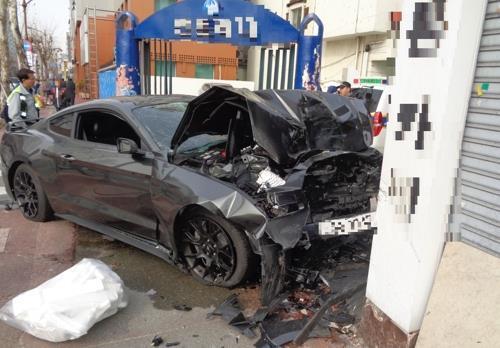 지난해 5월 대전에서 무면허 10대 운전자가 인도를 덮쳐 데이트를 하던 연인 중 한 명이 사망하고, 한 명은 크게 다쳤다. 사진은 당시 사고 차량이 심하게 훼손돼 있는 모습. 한국일보 자료사진